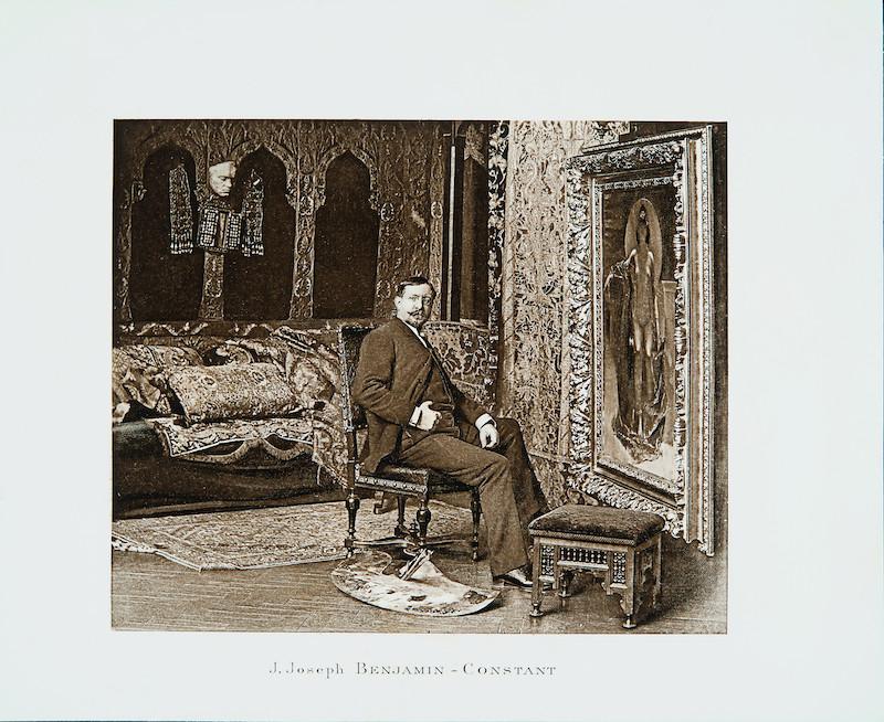 Figure 15 : Anonyme, Benjamin-Constant dans son atelier, avec le masque de Beethoven (à gauche) et le tableau de Théodora nue (à droite), vers 1887. Reproduit dans Arthur Hustin (1892), Salon de 1892, Paris, L. Baschet, p. 2. Bibliothèque du Musée des beaux-arts de Montréal.