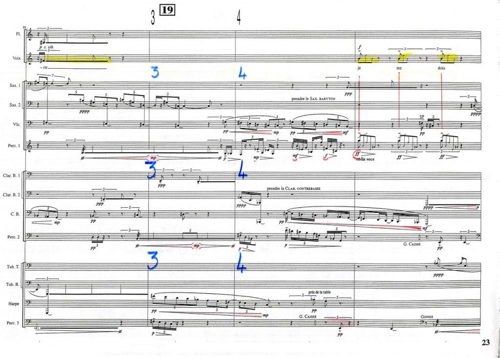 Figure1 : Page 23 de la partition dans l'exemplaire de travail de Pierre-André Valade (annotation triplée de la battue, surlignage en jaune de la ligne de la voix, soulignage des nuances et surlignage des crescendos, traits accentuant les verticalités).